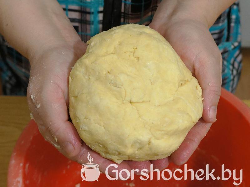 Открытый французский пирог «Киш Лорен» с курицей и грибами замешиваем «крутое» тесто и кладём его в морозилку