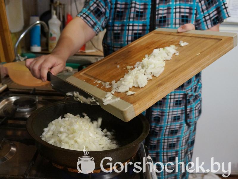 Открытый французский пирог «Киш Лорен» с курицей и грибами и отправляем его на хорошо разогретую сковородку