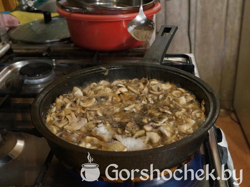 Открытый французский пирог «Киш Лорен» с курицей и грибами и 1 чайную ложку чёрного молотого перца