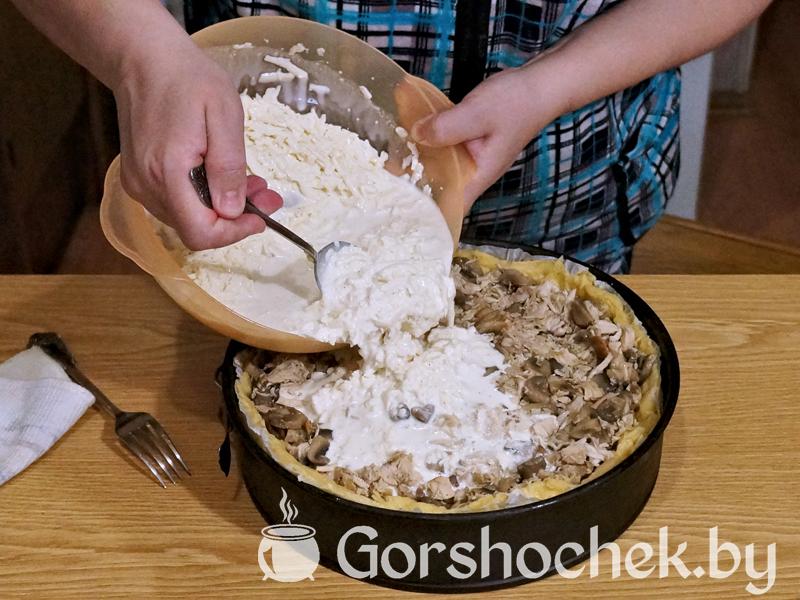 Открытый французский пирог «Киш Лорен» с курицей и грибами Сверху все заливаем сливочным сосусом