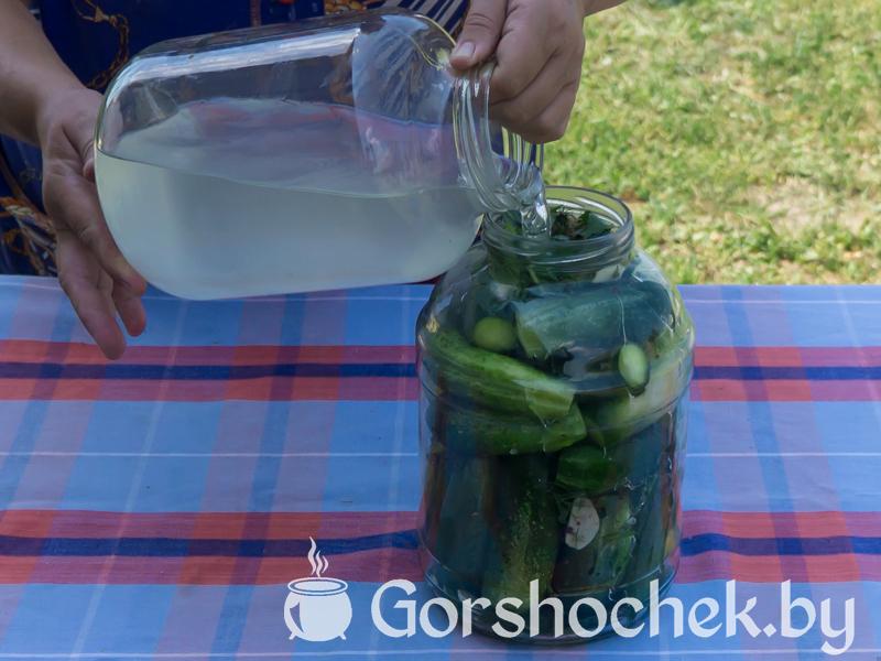 Хрустящие малосольные огурцы (пошаговый рецепт с фото) Заливаем рассолом огурцы …