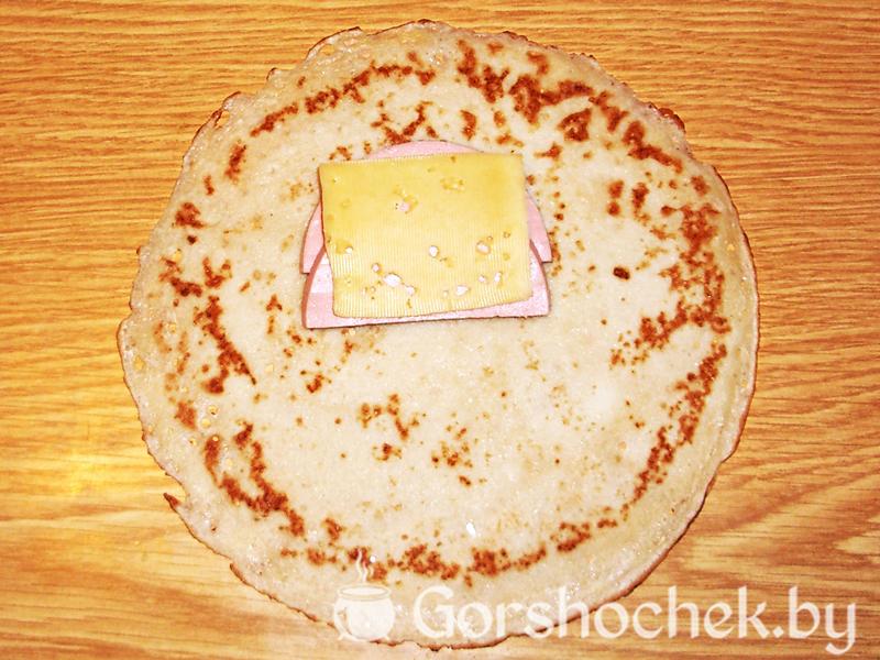 Блинчики с ветчиной и сыром кладем кусочек сыра на блинчик