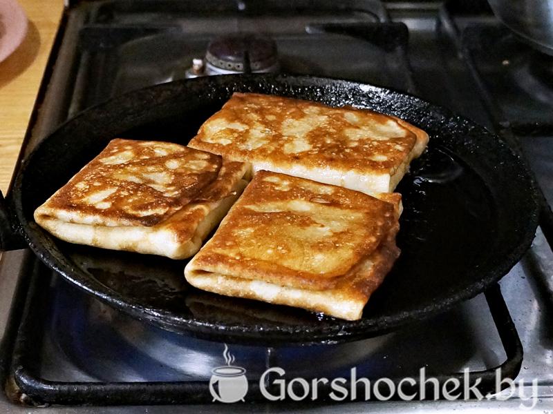 Блинчики с ветчиной и сыром обжариваем блинчик до золотистой корочки